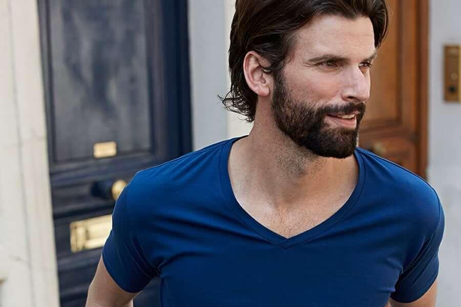 Mand i blå t-shirt
